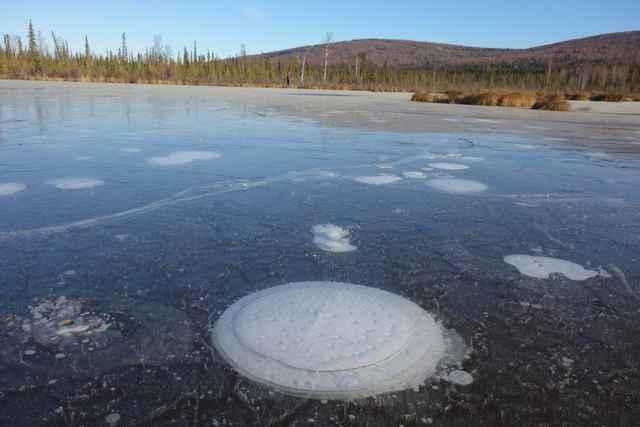 burbuja de metano en un lago de Alaska