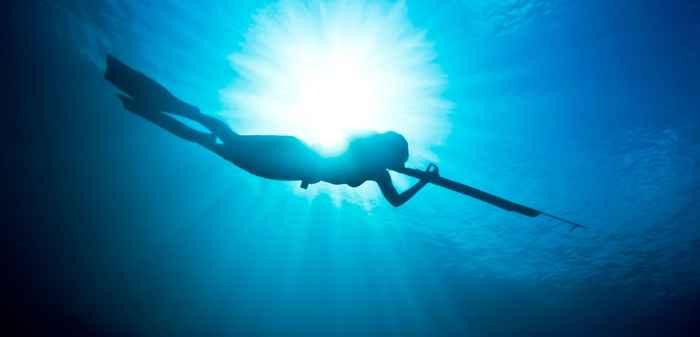 buzo con un fusil submarino