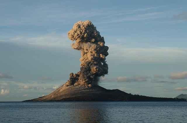 erupción del volcán Anak Krakatau de día