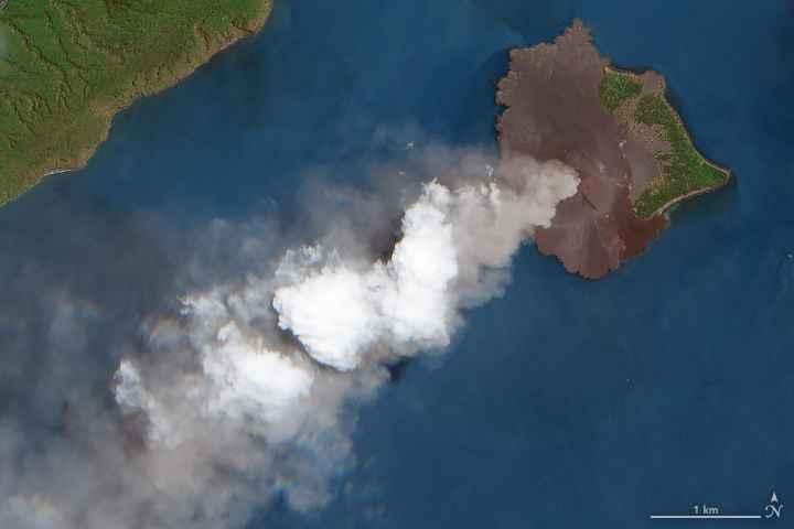 erupción del volcán Anak Krakatau desde satélite, detalle