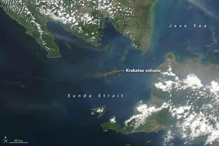 erupción del volcán Anak Krakatau desde satélite