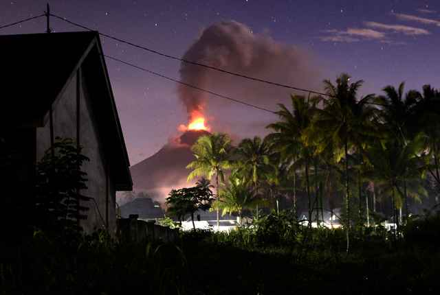 erupción del volcán Soputan