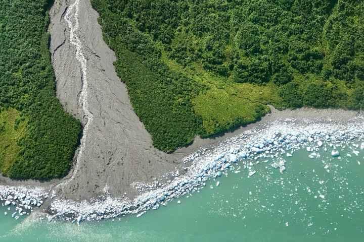 icebergs en una playa de Alaska