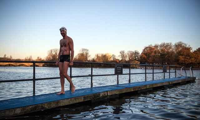 nadar en agua fría reduce la depresión