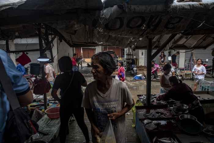 la gente espera al tifón Mangkhut en Tuguegarao