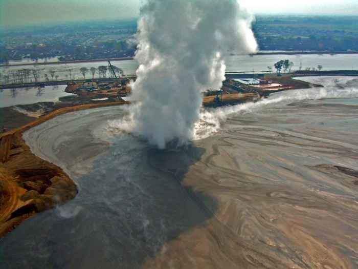 erupción del volcán de lodo Lusi