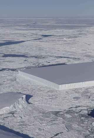 iceberg rectangular visto en la Antártida, detalle