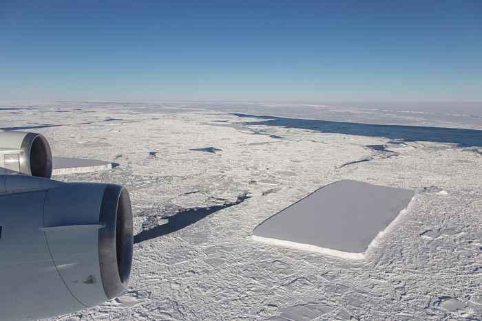 iceberg rectangular visto en la Antártida