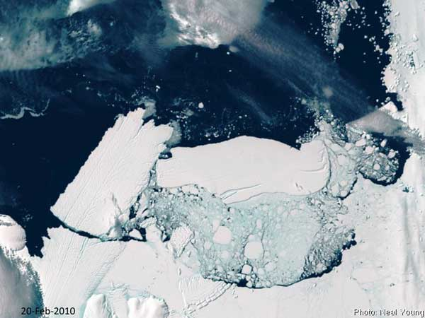 iceberg en la lengua del glaciar mertz
