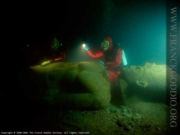 arqueología submarina en Alejandria en busca de Cleopatra