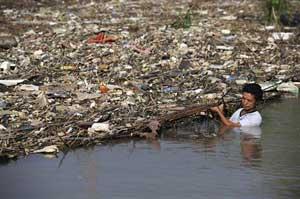 basura en la presa de las Tres Gargantas, China