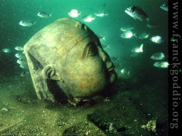cabeza egipcia en piedra sumergida en Alejandría