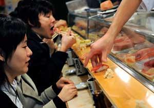 comiendo sushi en Japón