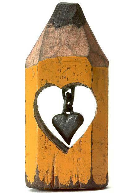 esculturas en mina de lápiz, cadenas y corazón