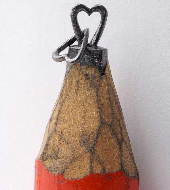 esculturas en mina de lápiz, corazones entrelazados