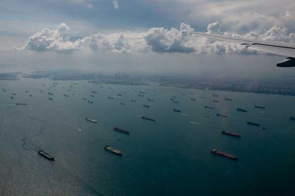 flota de buques vacios en Singapur, toma aérea