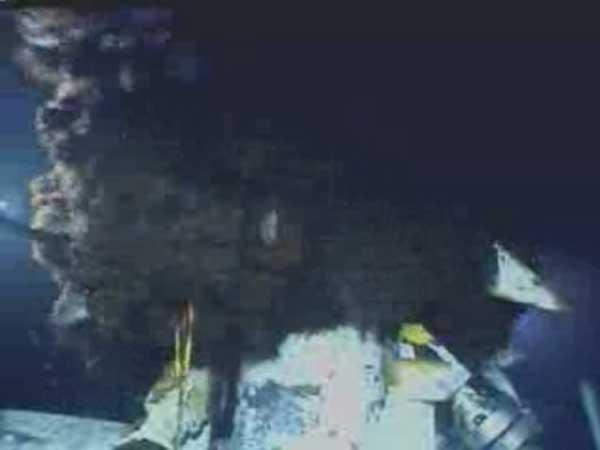 fuga submarina de petróleo en el Golfo, vista de la cabeza