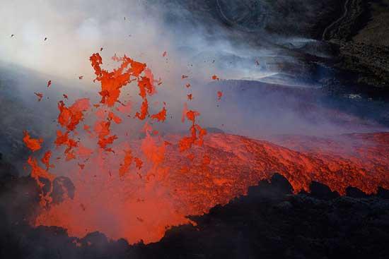 lava hacia el aire en el volcán Etna
