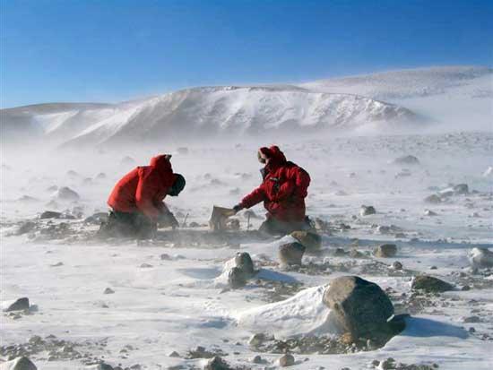investigadores en las montañas trasantárticas
