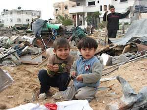 niños entre las ruinas de Gaza