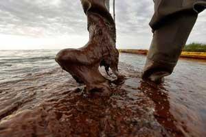 pisando petróleo en una playa de Louisiana