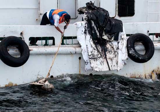 barco recogiendo petróleo derrame China