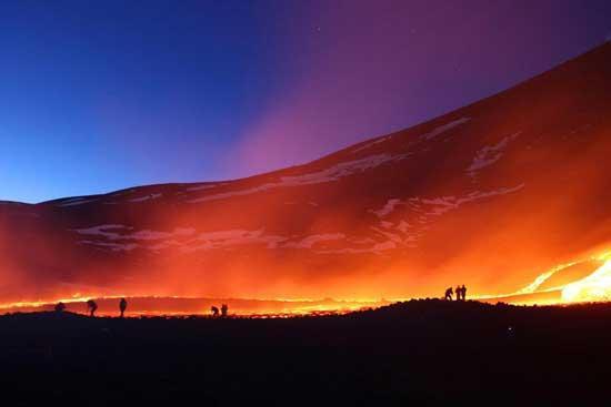 volcán Etna, siluetas contra la lava