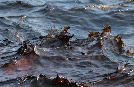 agua del mar con petróleo en el Golfo de México