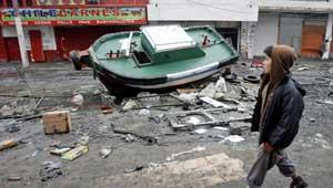 barca frente a una carniceria arrojada por el tsunami de Chile