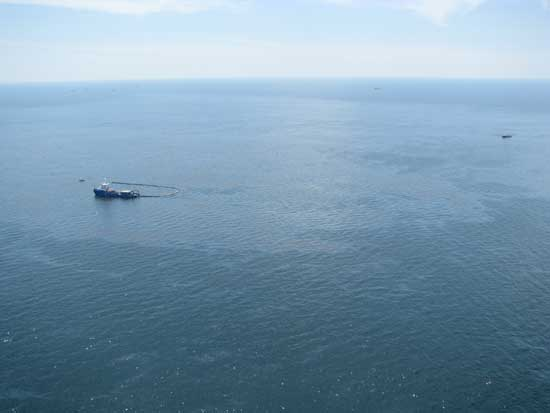 un barco coloca barrera antipetroleo en el golfo de México