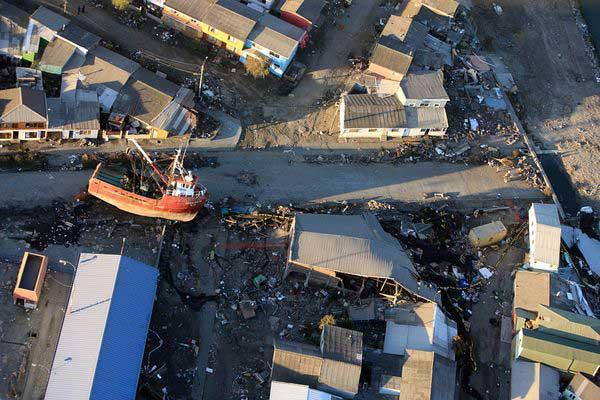 barco pesquero varado por el tsunami, Talcahuano, Chile