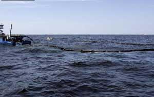 un barco recoje crudo en el Golfo de México