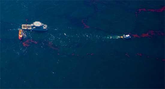 barcos y plataformas recojen petróleo Golfo de México