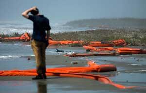 barrera de flotadores arrastrados a una playa