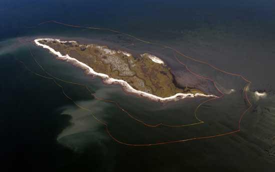 barreras anti petróleo entorno a una isla