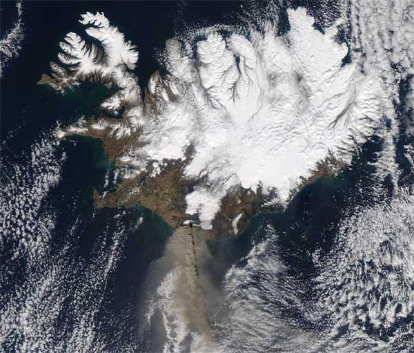 cenizas caen al océano durante erupción volcán Islandia