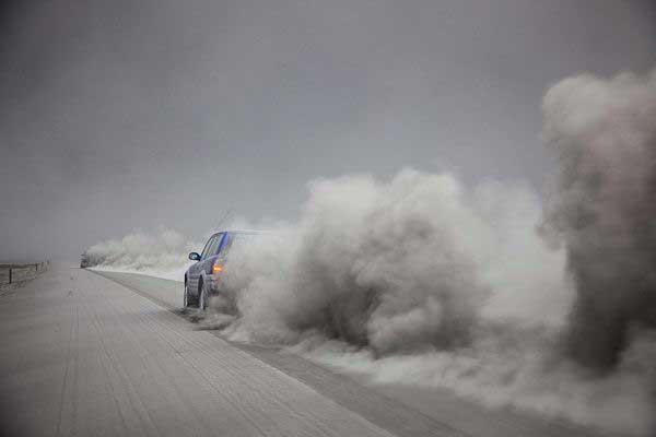 cenizas del volcán en una carretera de Islandia