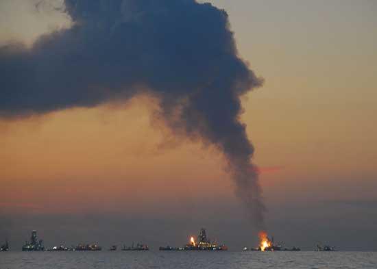 El Discoverer Enterprise y otros barcos queman petróleo
