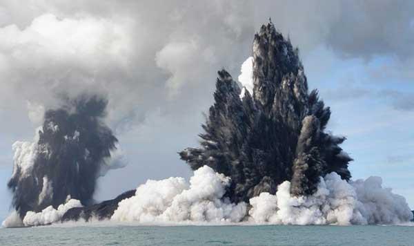 erupción de volcán submarino hacia el exterior