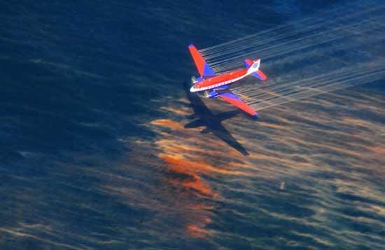 un avión desparrama dispersante