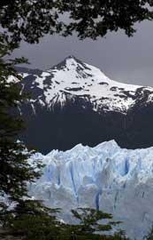 glaciar bajo una cumbre nevada