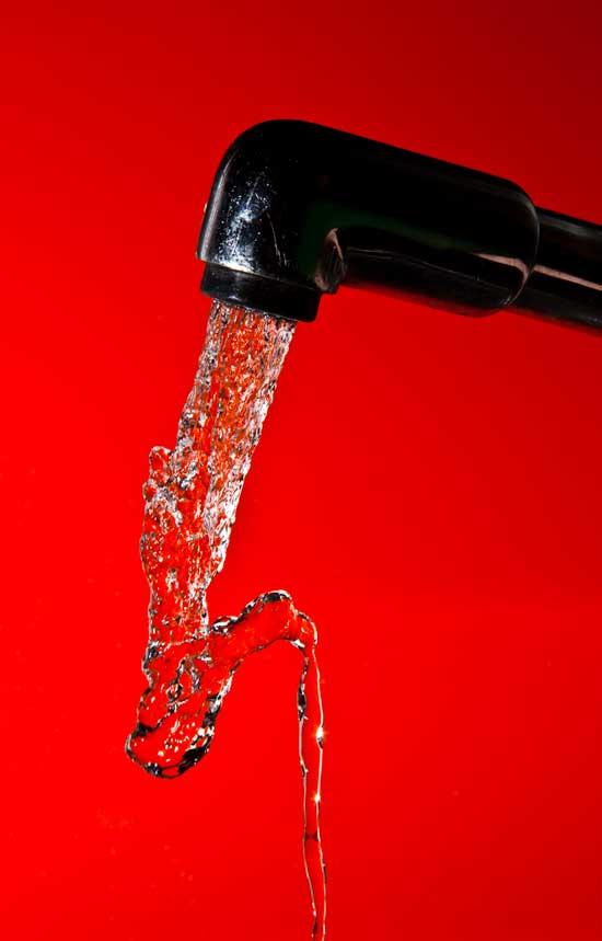 grifo agua corriendo, fondo rojo