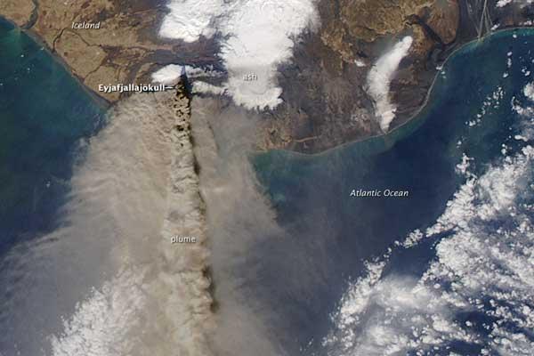 Pluma de cenizas emitida por volcán Islandia