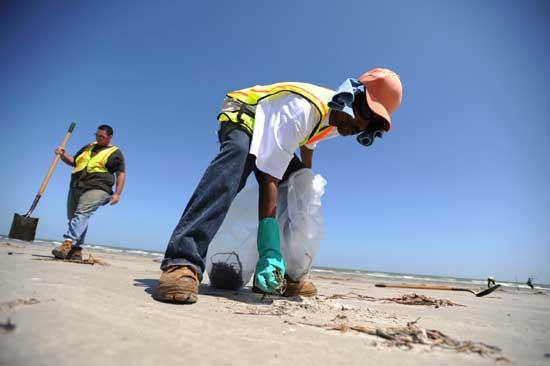 limpiando playas en Galveston, Texas