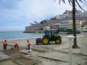 limpieza en la playa norte de Peñíscola