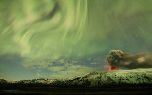 las luces del norte sobre el volcán Eyjafjallajökull