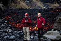 Meanwhile, Islandia foto junto a lava de volcán
