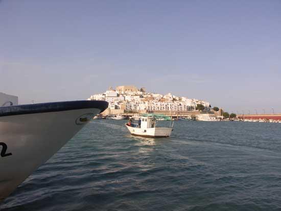 pesquero tradicional entra al puerto de Peñíscola