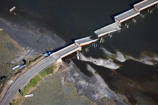 puente destruido, rio Tubul, Chile