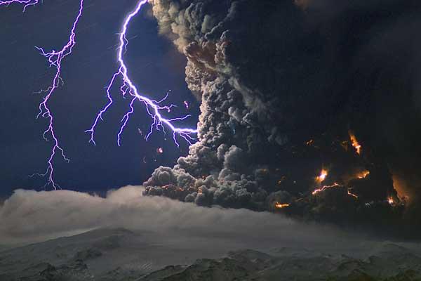 rayos en el cráter del volcán en Islandia